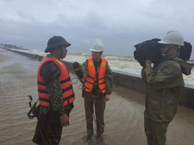 Phóng viên VTV bị gió xô suýt ngã khi đứng dẫn bản tin giữa tâm bão số 9 - Ảnh 4