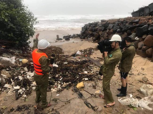 Phóng viên VTV bị gió xô suýt ngã khi đứng dẫn bản tin giữa tâm bão số 9 - Ảnh 5