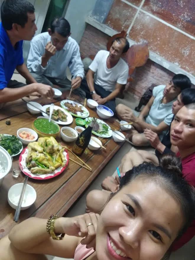 Quảng Nam: Người phụ nữ cho gần 20 bà con trú ẩn trước cơn bão số 9, còn chiêu đãi ăn uống thịnh soạn khiến ai cũng ấm lòng - Ảnh 3