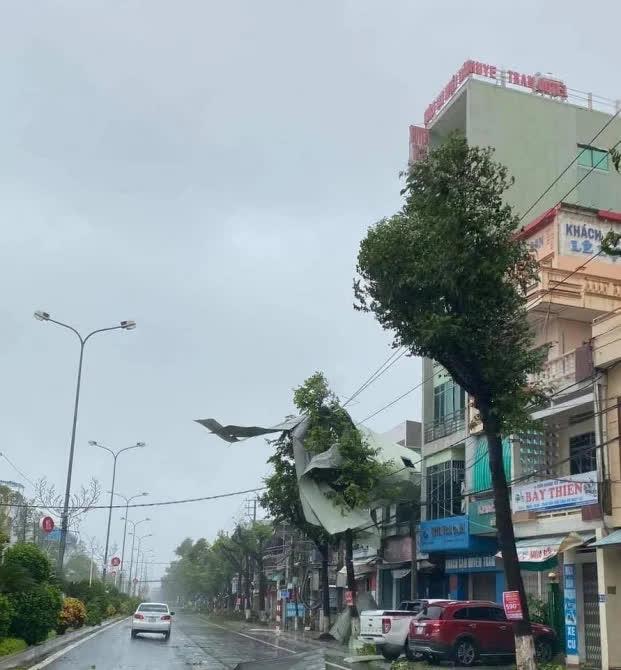 Video: Gió giật liên hồi thổi bay mái nhà bằng tôn ở các tỉnh miền Trung - Ảnh 5