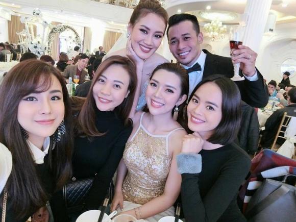 Diệp Lâm Anh, bạn gái Cường Đô la, Trần Hiền rạng rỡ tới dự đám cưới củaTùng Min và Thanh Hoa. Trần Hiền chụp ảnh cùng bố mẹ cô dâu.