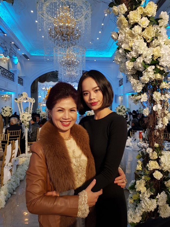 Trần Hiền chụp ảnh cùng bố mẹ cô dâu.