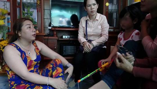 Bé gái nghi bị bạo hành: Mẹ kế nói vết bỏng do dầu mỡ văng trúng - Ảnh 1