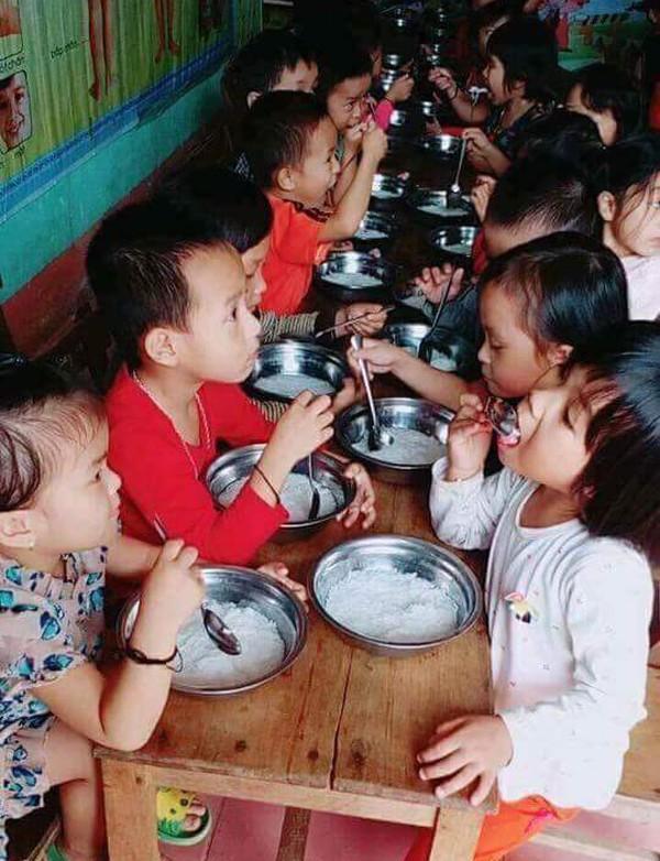 Hiệu trưởng trường mầm non cho trẻ ăn bữa phụ chỉ có miến trắng luộc bị đình chỉ - Ảnh 1