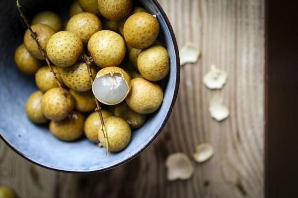 Bị nóng, nổi mụn tránh ăn những loại quả này - Ảnh 1