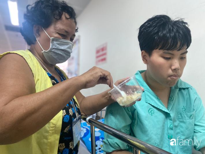 """Con trai mắc căn bệnh hiểm khiến máu liên tục chảy trong bụng, người mẹ nghẹn ngào: """"Bao nhiêu tiền mẹ cũng phải cứu con"""" - Ảnh 6"""
