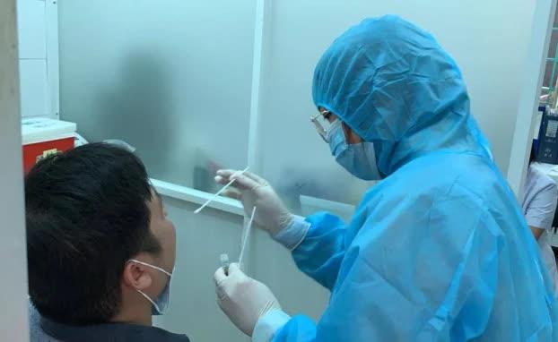 1 người tiếp xúc gần với người nghi nhiễm COVID-19 ở TP. HCM đang đi cứu trợ ở Quảng Bình - Ảnh 1