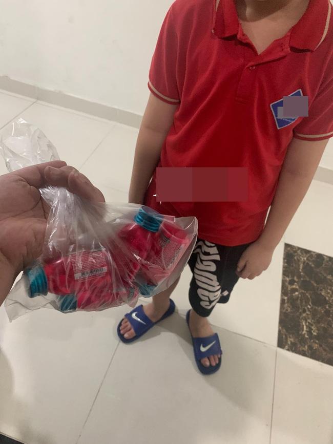 Được bạn gái phát đi thông điệp tặng 2 hộp kẹo sẽ yêu, bé trai tiểu học đến tận nhà gửi hẳn 4 hộp kèm thông điệp khiến ai nấy ngỡ ngàng - Ảnh 1