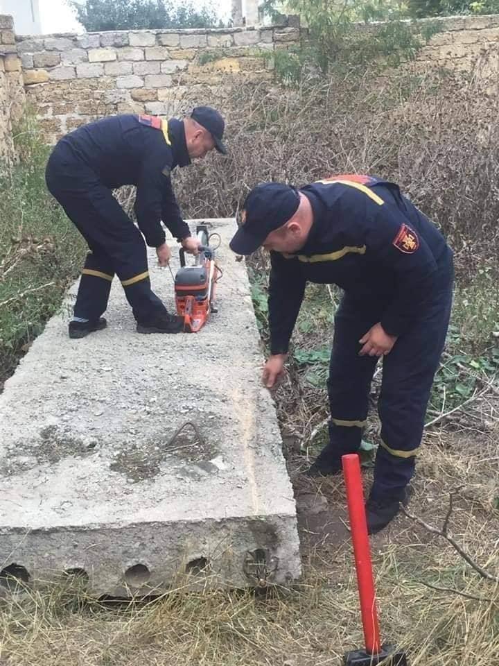 'Nghẹt thở' cuộc giải cứu chú mèo bị kẹt trong ống bê tông nhỏ hẹp, dân mạng liền xôn xao: Giống Tôn Ngộ Không bị núi đè 500 năm khi xưa - Ảnh 4