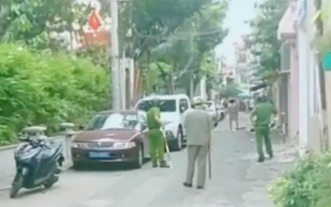 Người đàn ông bị tâm thần cầm dao chặt chém nhiều xe ô tô ở Sài Gòn - Ảnh 1