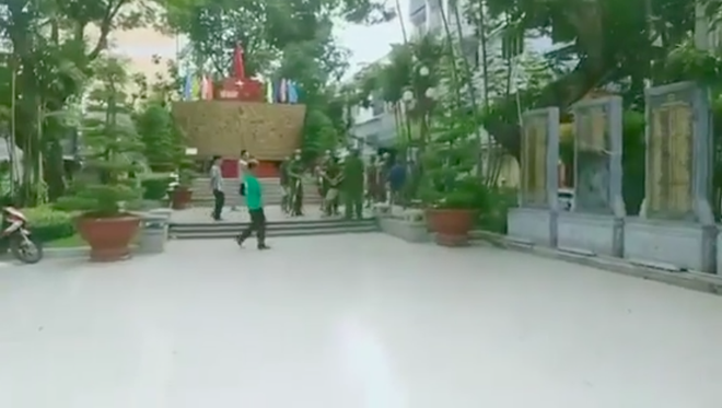 Người đàn ông bị tâm thần cầm dao chặt chém nhiều xe ô tô ở Sài Gòn - Ảnh 2