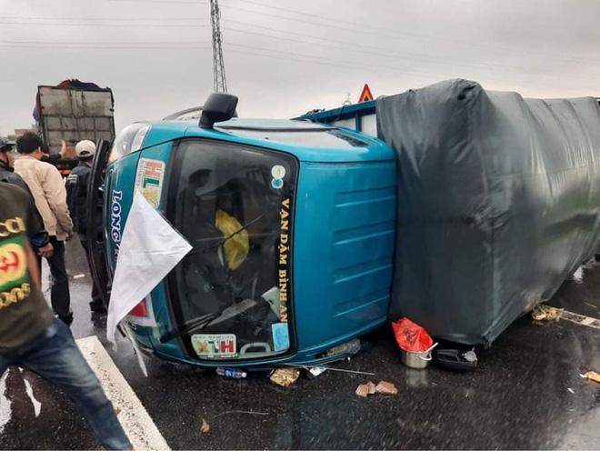 Phát hiện xe cứu trợ bị lật, người đàn ông đưa tài xế đến bệnh viện, tặng tiền: 'Mình cũng đang đi hỗ trợ bà con vùng bão' - Ảnh 1