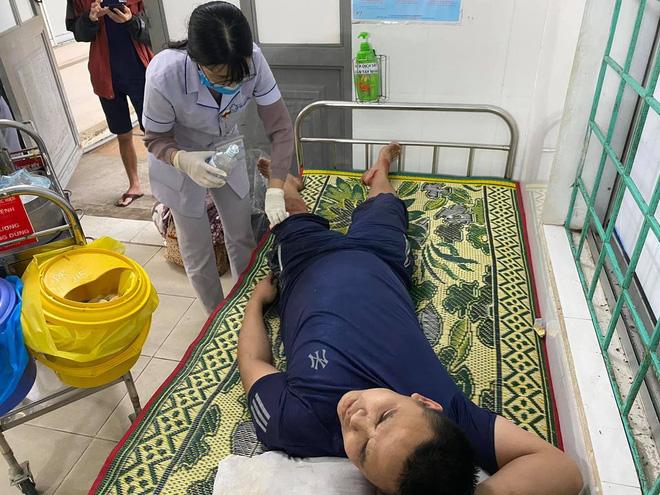 Phát hiện xe cứu trợ bị lật, người đàn ông đưa tài xế đến bệnh viện, tặng tiền: 'Mình cũng đang đi hỗ trợ bà con vùng bão' - Ảnh 2