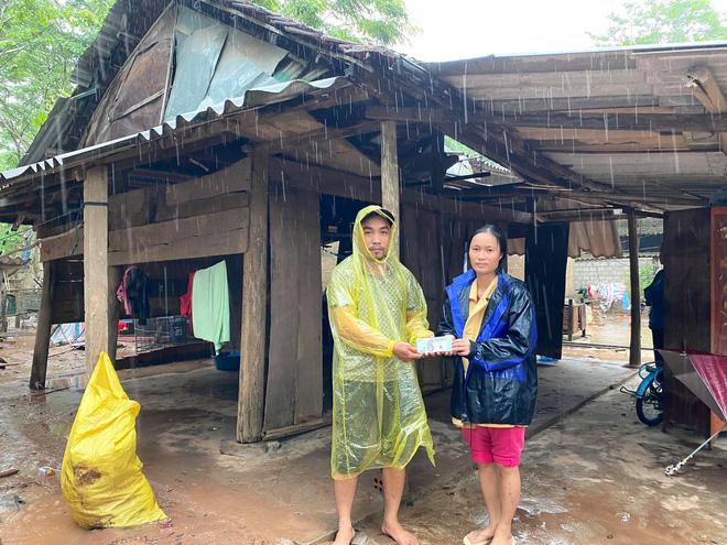 Phát hiện xe cứu trợ bị lật, người đàn ông đưa tài xế đến bệnh viện, tặng tiền: 'Mình cũng đang đi hỗ trợ bà con vùng bão' - Ảnh 4
