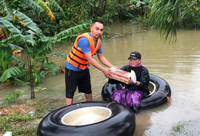 Phát hiện xe cứu trợ bị lật, người đàn ông đưa tài xế đến bệnh viện, tặng tiền: 'Mình cũng đang đi hỗ trợ bà con vùng bão' - Ảnh 5