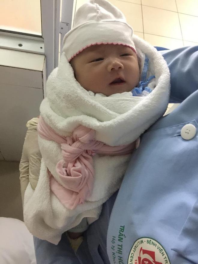 Hà Nội: Truy tìm người đàn ông 30 tuổi đem bé trai sơ sinh đến bệnh viện nhờ người trông rồi bỏ đi - Ảnh 1