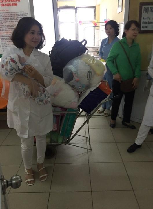 Hà Nội: Truy tìm người đàn ông 30 tuổi đem bé trai sơ sinh đến bệnh viện nhờ người trông rồi bỏ đi - Ảnh 2