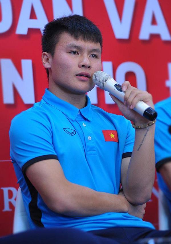 Xúc động dòng chữ được xăm trên cổ tay của tiền vệ Quang Hải - Ảnh 1