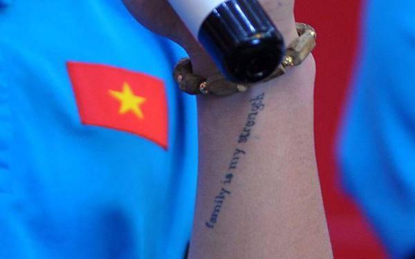 Xúc động dòng chữ được xăm trên cổ tay của tiền vệ Quang Hải - Ảnh 2
