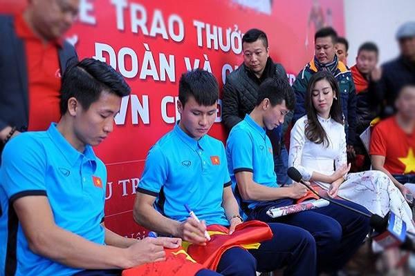 Xúc động dòng chữ được xăm trên cổ tay của tiền vệ Quang Hải - Ảnh 3