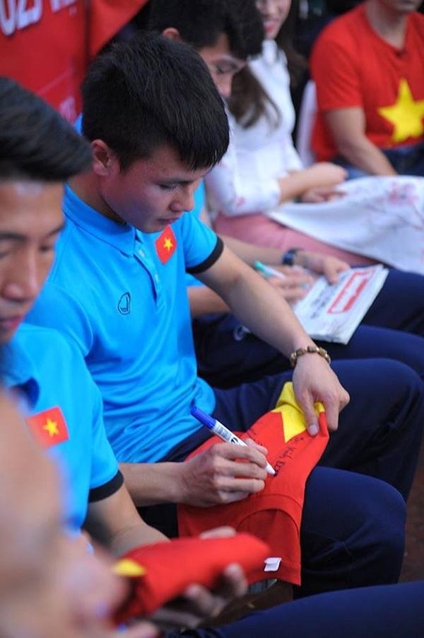 Xúc động dòng chữ được xăm trên cổ tay của tiền vệ Quang Hải - Ảnh 4