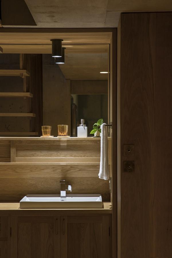 Bất ngờ nội thất tối giản, tinh tế trong căn hộ bê tông - Ảnh 9
