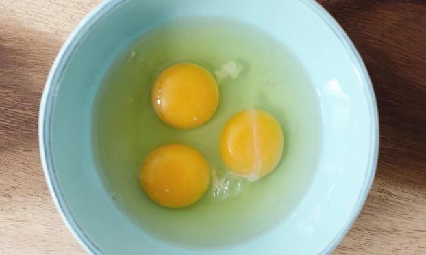 Đập trứng ra bát thấy có vệt đỏ như máu, nên ăn tiếp hay bỏ đi - Ảnh 2