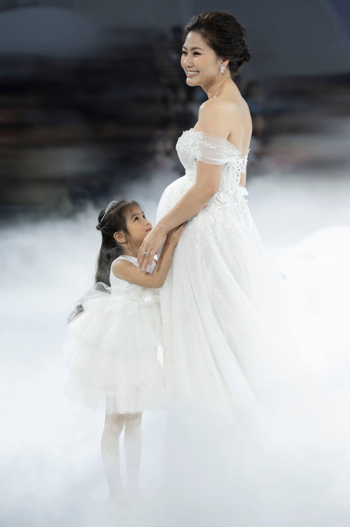 Ngọc Lan khoe ảnh cưới rạng rỡ với 'bụng bầu' to vượt mặt, ước muốn đẻ thêm con gái - Ảnh 4