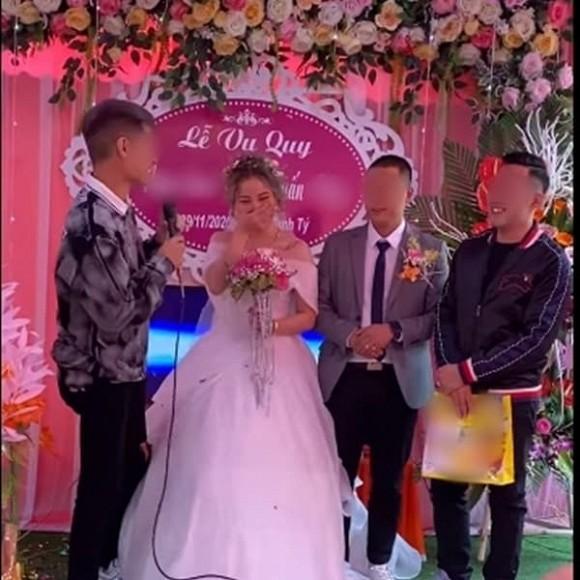 Biết em gái lười rửa bát nên ngày cưới anh trai đã lên sân khấu tặng một thứ bất ngờ, cô dâu chú rể xem xong chỉ biết cười nghẹn ngào - Ảnh 1