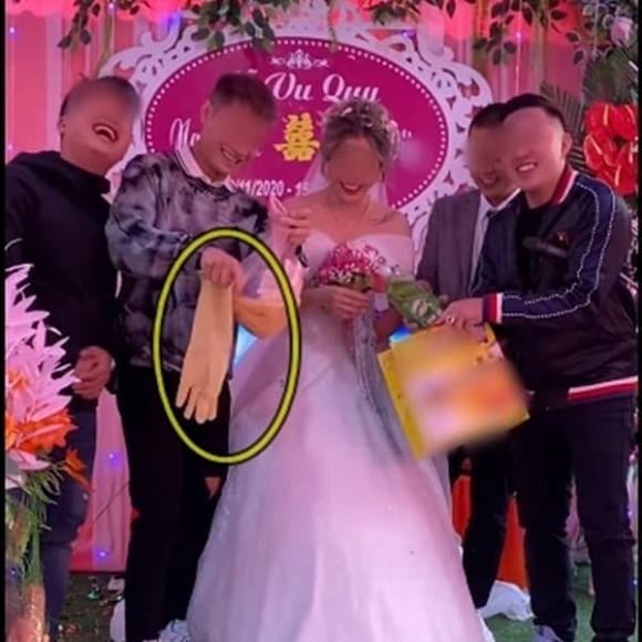 Biết em gái lười rửa bát nên ngày cưới anh trai đã lên sân khấu tặng một thứ bất ngờ, cô dâu chú rể xem xong chỉ biết cười nghẹn ngào - Ảnh 2