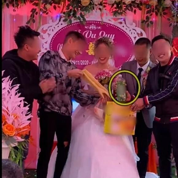 Biết em gái lười rửa bát nên ngày cưới anh trai đã lên sân khấu tặng một thứ bất ngờ, cô dâu chú rể xem xong chỉ biết cười nghẹn ngào - Ảnh 3