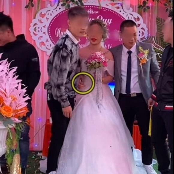 Biết em gái lười rửa bát nên ngày cưới anh trai đã lên sân khấu tặng một thứ bất ngờ, cô dâu chú rể xem xong chỉ biết cười nghẹn ngào - Ảnh 4