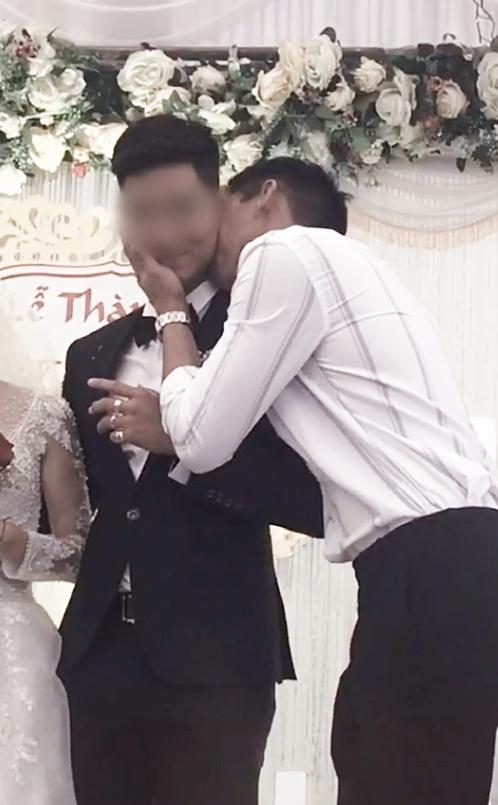 Cô dâu 'số nhọ': Chưa kịp vui vì có bạn lên mừng cưới đã đứng tim khi thấy nam thanh niên ôm chú rể hôn thắm thiết! - Ảnh 2