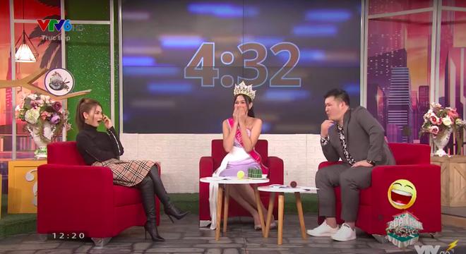 Khi Đỗ Thị Hà đăng quang, Hoa hậu Tiểu Vy đã ghé vào tai nói 1 câu: Giờ mới được hé lộ! - Ảnh 1