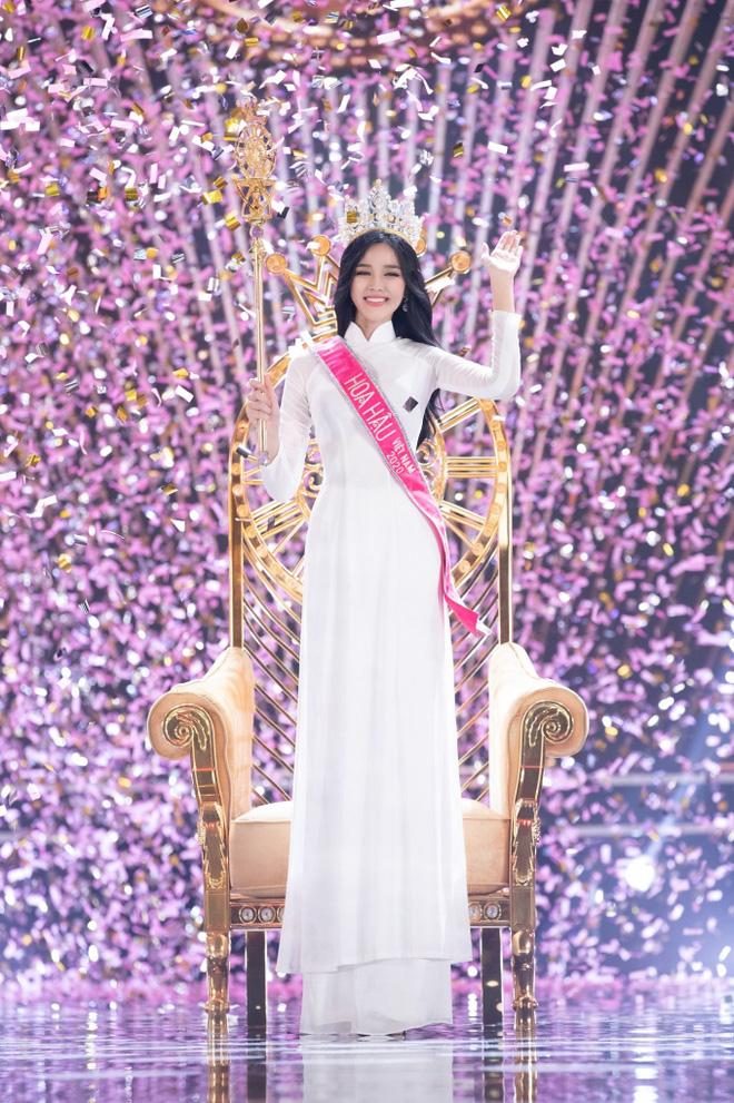 Khi Đỗ Thị Hà đăng quang, Hoa hậu Tiểu Vy đã ghé vào tai nói 1 câu: Giờ mới được hé lộ! - Ảnh 4