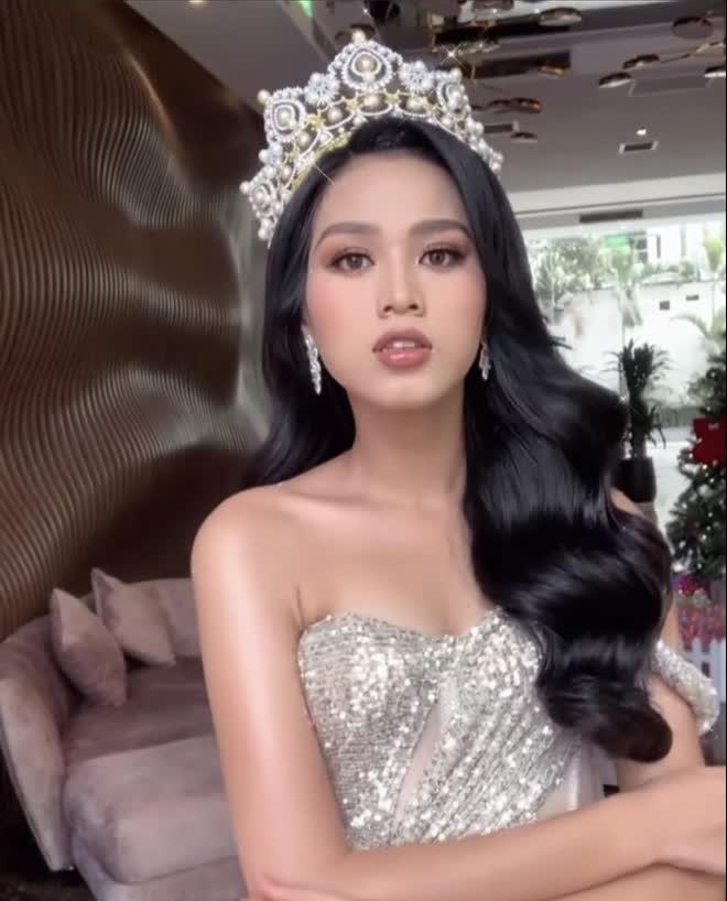 Khi Đỗ Thị Hà đăng quang, Hoa hậu Tiểu Vy đã ghé vào tai nói 1 câu: Giờ mới được hé lộ! - Ảnh 5