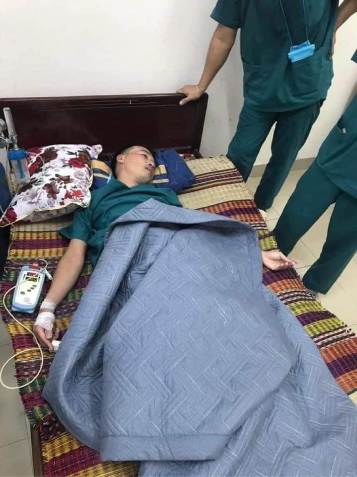 Xúc động: Nhân viên cấp cứu 115 Đà Nẵng quần áo ướt sũng, kiệt sức tới mức phải truyền nước khi căng mình chống dịch Covid-19 - Ảnh 1