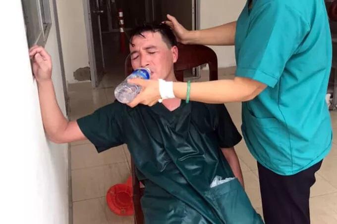 Xúc động: Nhân viên cấp cứu 115 Đà Nẵng quần áo ướt sũng, kiệt sức tới mức phải truyền nước khi căng mình chống dịch Covid-19 - Ảnh 2