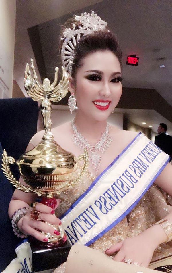 Phần thi ứng xử gây cười giúp Phi Thanh Vân đăng quang Hoa hậu - Ảnh 2