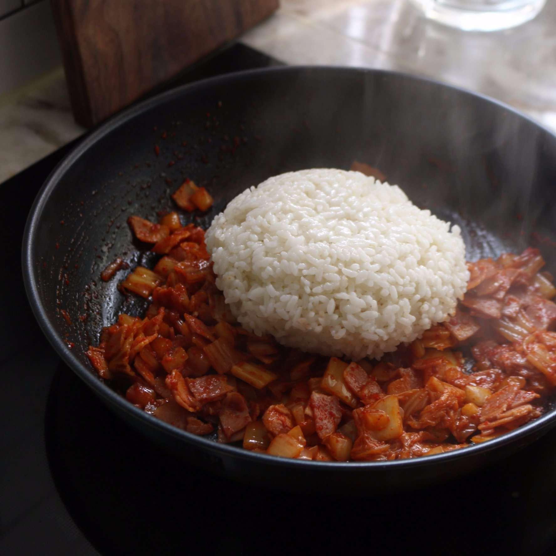 Chỉ 30 phút có ngay bát cơm chiên kim chi nóng hổi, đủ chất cho bữa trưa - Ảnh 3