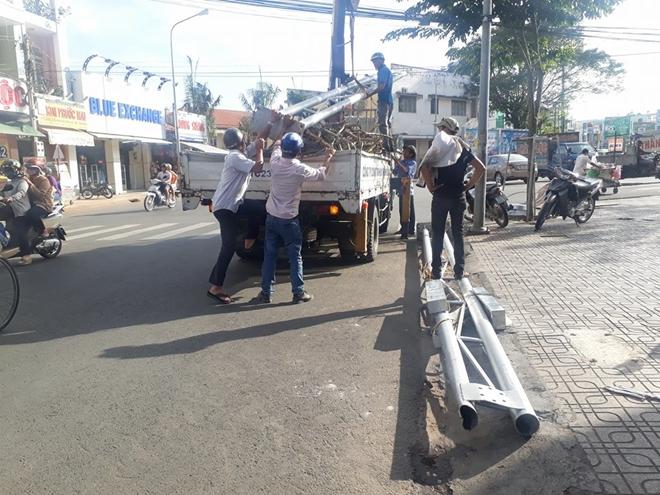Công trình đèn hoa sập giữa đường, nhiều người may mắn thoát nạn - Ảnh 1