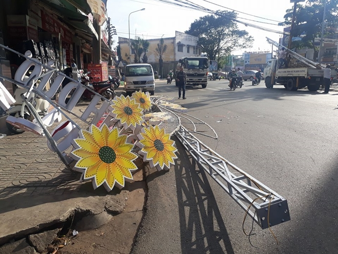 Công trình đèn hoa sập giữa đường, nhiều người may mắn thoát nạn - Ảnh 2