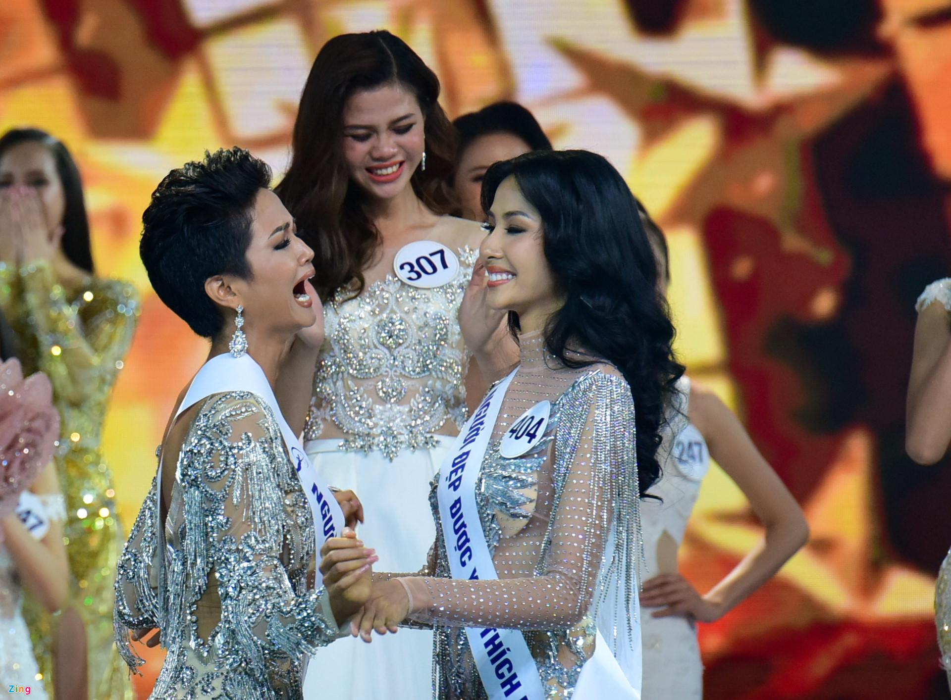 Hành động đầu tiên của H'Hen Niê sau khi đăng quang Hoa hậu Hoàn vũ Việt Nam khiến nhiều người ngỡ ngàng - Ảnh 1