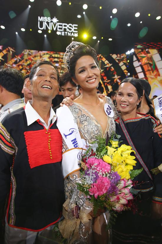 Hành động đầu tiên của H'Hen Niê sau khi đăng quang Hoa hậu Hoàn vũ Việt Nam khiến nhiều người ngỡ ngàng - Ảnh 6