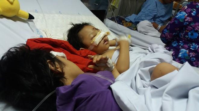 Xót xa cảnh 2 con gái oằn mình trên giường bệnh sau vụ tai nạn mẹ ra đi mãi mãi - Ảnh 2