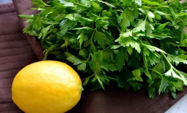 Nước ép rau mùi ta còn có khả năng khử kim loại nặng như thủy ngân, chì ra khỏi cơ thể, làm giảm các triệu chứng đau dạ dày, giảm lo âu, bồn chồn, chống viêm khớp…
