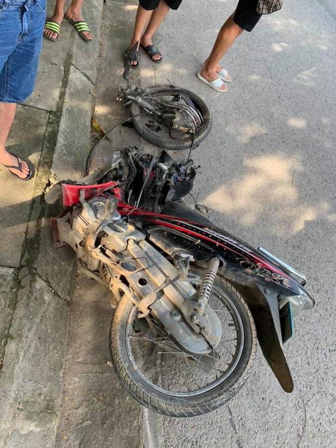 Clip: Đâm trực diện xe khách, nam sinh bị hất văng xa vài mét, tử vong tại chỗ - Ảnh 1