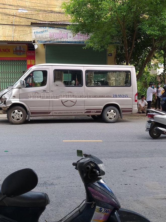 Clip: Đâm trực diện xe khách, nam sinh bị hất văng xa vài mét, tử vong tại chỗ - Ảnh 2