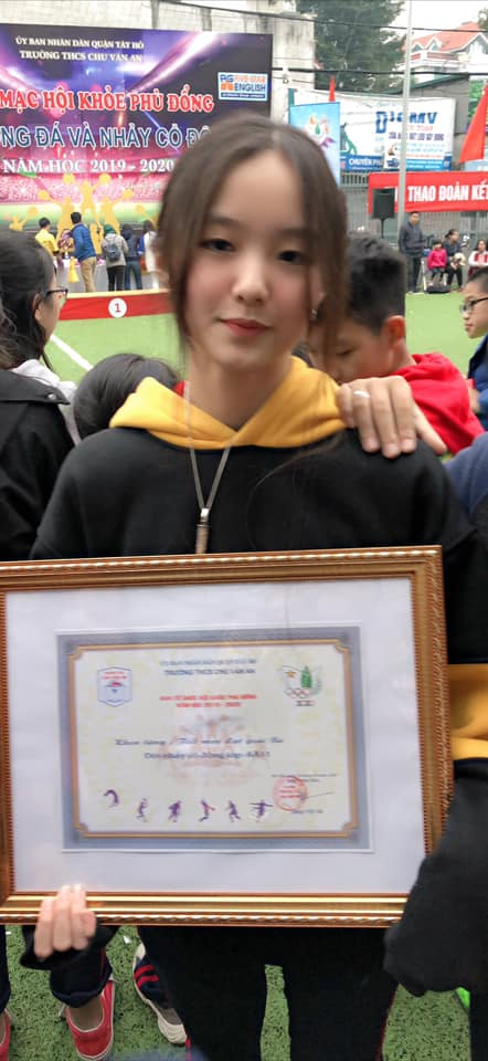 Con gái của 'Hoa khôi bóng chuyền' Kim Huệ: Xinh xắn chẳng thua kém mẹ, đã vậy còn học cực giỏi và cá tính như này - Ảnh 4