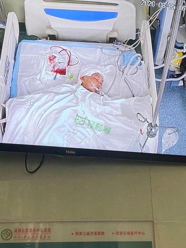 Người đàn ông cầm cuốc đập bé gái bất tỉnh rồi có hành động kỳ lạ, đoạn video ghi lại toàn bộ cảnh tượng khiến mọi người hoảng sợ - Ảnh 3